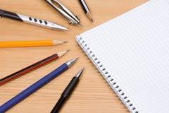 Penas e almofada na tabela fotos de stock