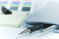 Penas e caderno em branco Fotografia de Stock Royalty Free