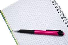 Penas e livros Fotos de Stock