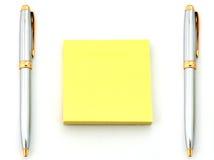 Penas e papel amarelo Fotografia de Stock