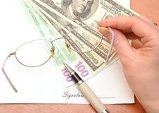 Penas e papel em branco para a assinatura fotos de stock royalty free