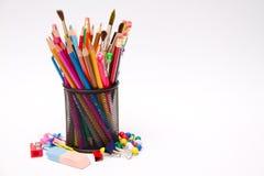 Penas, lápis, marcadores no suporte Imagens de Stock Royalty Free