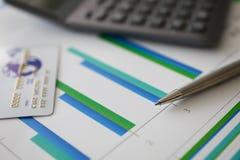 Pencalculator en plastic debetkaart royalty-vrije stock foto