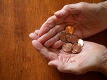 Pence van de de Handenholding van het bejaarde de Gerimpelde royalty-vrije stock foto