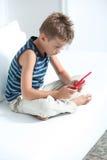 Penchant d'enfant aux jeux vidéo Image libre de droits