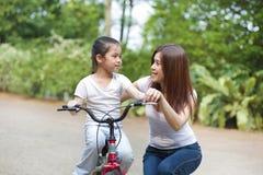 Penchement pour conduire un vélo Photographie stock
