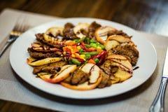 Penchez-vous avec des pommes en sauce aigre-doux, canard cuit au four, tranche de canard photographie stock