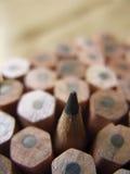 pencils den kulöra mörka grafiten för bakgrundsclosen upp Royaltyfria Foton