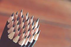 pencils den kulöra mörka grafiten för bakgrundsclosen upp Arkivfoto