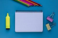 pencils den tomma anteckningsboken för färg din ställetext bildplanläggningen för begreppet 3d framförde blank anteckningsbok Utb arkivfoto