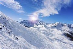 Penda sulla località di soggiorno di corsa con gli sci, Alpe di Mera, Italia Fotografia Stock