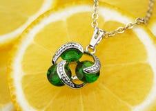 Pendant coloré de bijoux avec des gemmes et des diamants sur le dos de citron Photographie stock