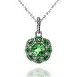 Pendant d'or blanc avec les émeraudes vertes et les diamants blancs Photographie stock libre de droits