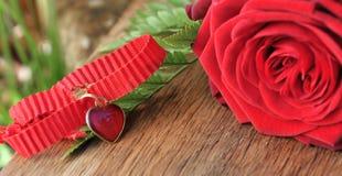 Pendant de coeur avec les roses rouges Images libres de droits