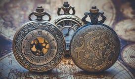 Pendant de montre gravé par vintage en métal images stock