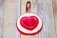 Pendant en bois avec deux coeurs rouges Photos stock