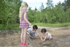 Pendant l'été dans les bois creusant le petit au sol de jeu d'enfants Photos stock