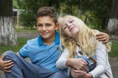 Pendant l'été sur la rue, étreinte d'adolescents Images libres de droits