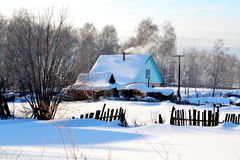 Pendant l'hiver dans le village images stock