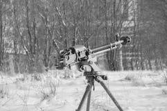 Pendant l'hiver sur la mitrailleuse lourde russe de trépied, noir et Image stock