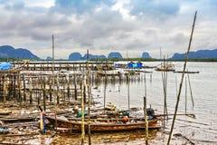 pendant la marée basse les bateaux de pêche ont collé sur la boue Images libres de droits