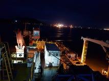 Pendant la nuit du voyage au travail en mer photographie stock libre de droits