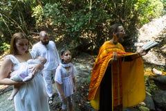 Pendant le baptême - sacrement chrétien de naissance spirituelle photos stock