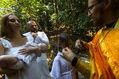 Pendant le baptême - sacrement chrétien de naissance spirituelle image libre de droits