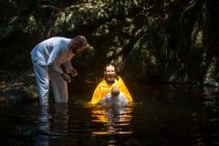 Pendant le baptême - sacrement chrétien de naissance spirituelle photographie stock