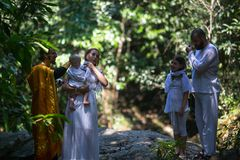 Pendant le baptême - sacrement chrétien de naissance spirituelle image stock