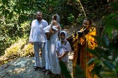 Pendant le baptême - sacrement chrétien de naissance spirituelle photo libre de droits