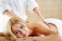 Pendant le massage photographie stock libre de droits