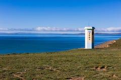"""Pendant le matin, le lac bleu d'Eling, il y a une tour par le lac, et le texte sur la tour est la """"hydrologie de la rivière Ye images stock"""