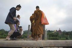 Pendant le matin, les gens offrent la nourriture aux moines images libres de droits