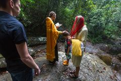 Pendant le sacrement chrétien de la naissance spirituelle - baptême photos libres de droits