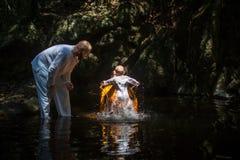 Pendant le sacrement chrétien de la naissance spirituelle - baptême images stock