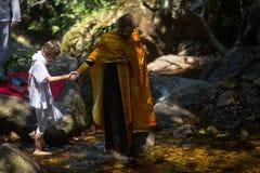 Pendant le sacrement chrétien de la naissance spirituelle - baptême photographie stock