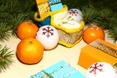 Pendant Noël et la nouvelle année sous l'arbre de Noël il y a de bl photographie stock