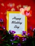 Pendant un jour du mariage heureux d'inscription de jour du mariage avec des coeurs images stock