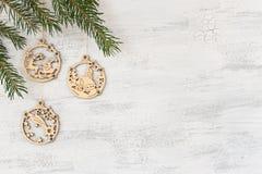 Pendants en bois de Noël accrochant sur un fond blanc images stock