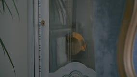 Pendel in der Weinlesependeluhr Pendeluhr mit dem Klingeln in der Innenarchitektur der Weinlese Alte Uhr mit Pendelabschluß oben stock video