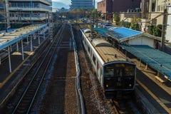 Pendeltåg 817 serie på den Urakami stationen Arkivfoton