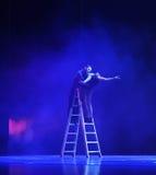Pendendo sopra la parete ed inclinata verso la via - dramma di ballo di tango Immagine Stock