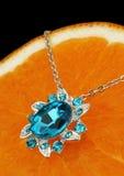Pendente Colourful dei gioielli con le gemme ed i diamanti sul BAC arancio Fotografia Stock Libera da Diritti