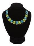 Pendente com as pedras de gema verdes e azuis no manequim preto Imagem de Stock Royalty Free