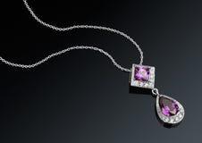 Pendente dei gioielli con la catena e gemme sul fondo del darck Fotografia Stock