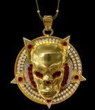 Pendente del cranio dell'oro dei gioielli con il diamante del pentagramma della stella Fotografie Stock Libere da Diritti