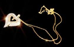 Pendente del cuore dell'oro sul nero. Fotografia Stock Libera da Diritti