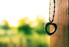 Pendente del cuore e fondo del bokeh Fotografie Stock