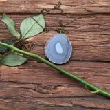 Pendente dell'agata con un fiore della rosa Fotografia Stock